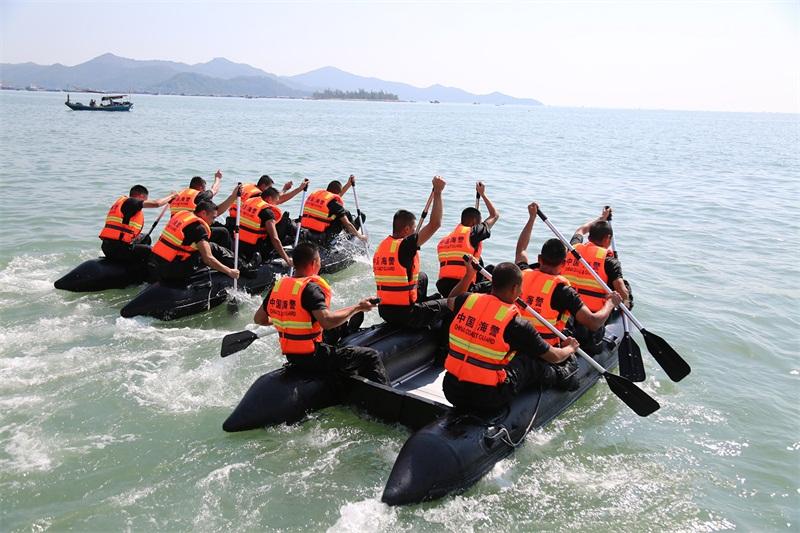 海警官兵进行皮划艇竞赛(摄影:姜宗平)