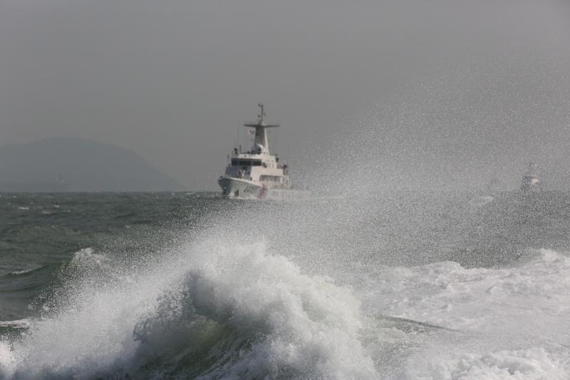 海警舰艇实战化比武,在复杂海况下编队航行(摄影:姜宗平)