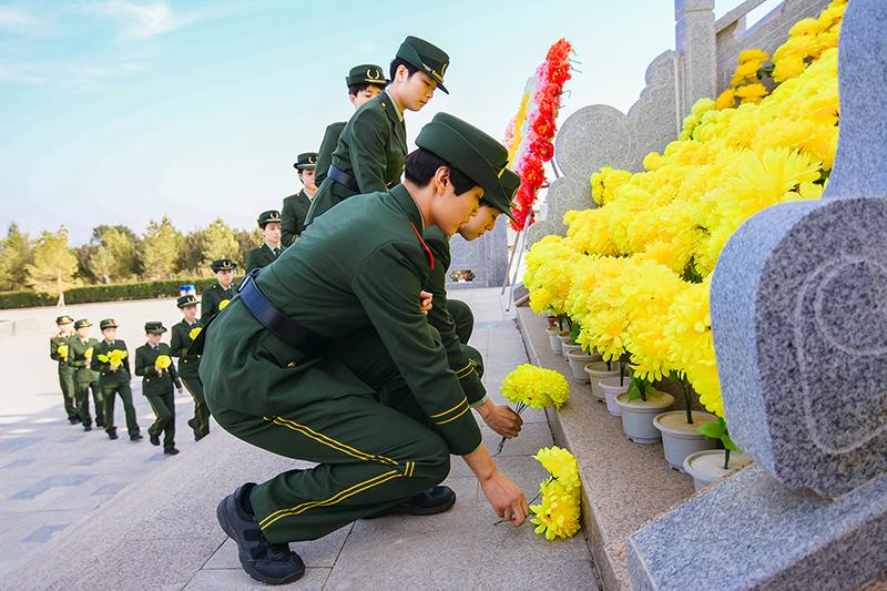 图为训练基地官兵在烈士纪念碑前献花 孙树伟摄