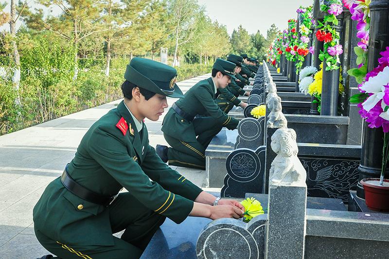 图为训练基地官兵为烈士墓碑献花 孙树伟摄
