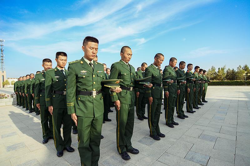 图为训练基地官兵在烈士纪念碑前默哀 孙树伟摄